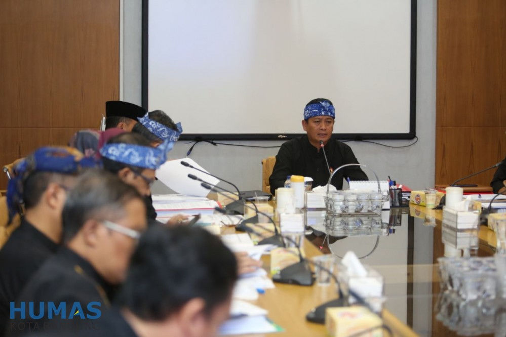 Preview Rapat membahas mengenai raperda tentang Perusahaan Umum Daerah Perumda PDAM Tirtawening Kota Bandung, Raperda BPR, Raperda Pasar Juara, dan Raperda Trantibum